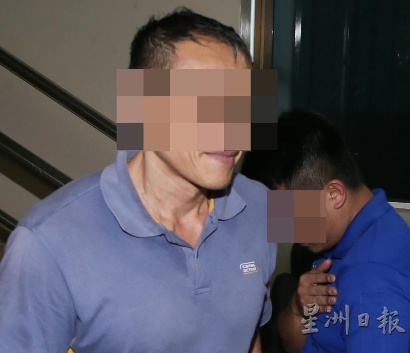 嫌犯被带到法庭申请延扣时,没有遮掩脸部,还脸露微笑大方任拍。