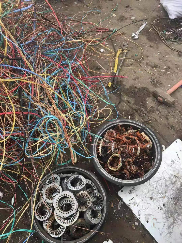 等待被分拣的电线和电机