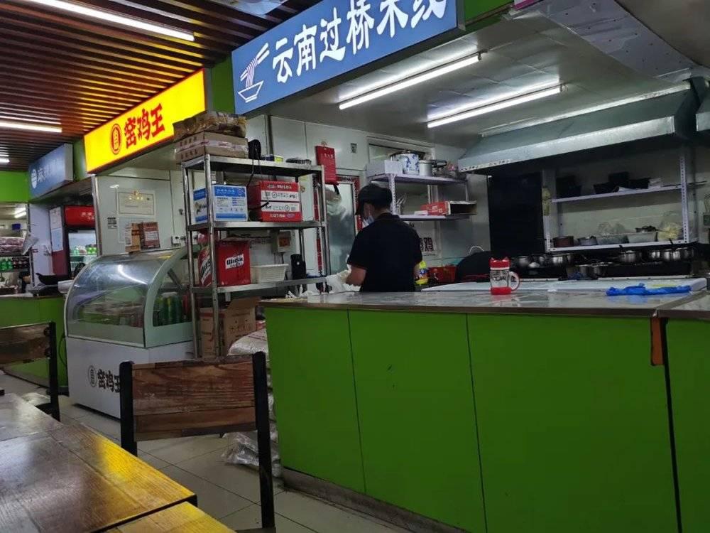 图 | 10家餐饮店挤在这么小的空间中,且都在美团平台上有网店